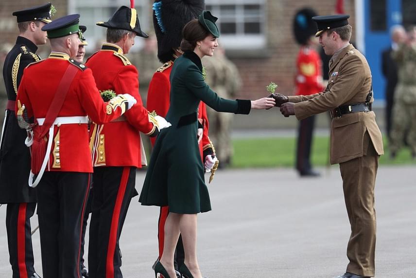 Ez a feladat mindig a királyi család nőtagjait illeti meg - tavaly komoly vitát is okozott, amikor Katalin helyett Vilmos herceg ugrott be, Katalin ugyanis otthon maradt a kis Charlotte hercegnővel.