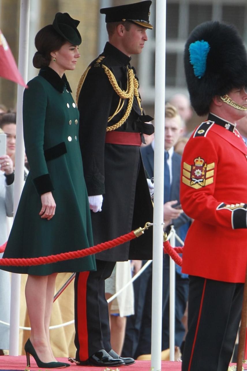 Kicsit hűvös volt a hangulat a házaspár között, miután Vilmos herceg felesége nélkül utazott Svájcba néhány modell társaságában. Nézd meg, hogy bulizott a trónörökös, miközben Katalin a gyerekekre vigyázott otthon.