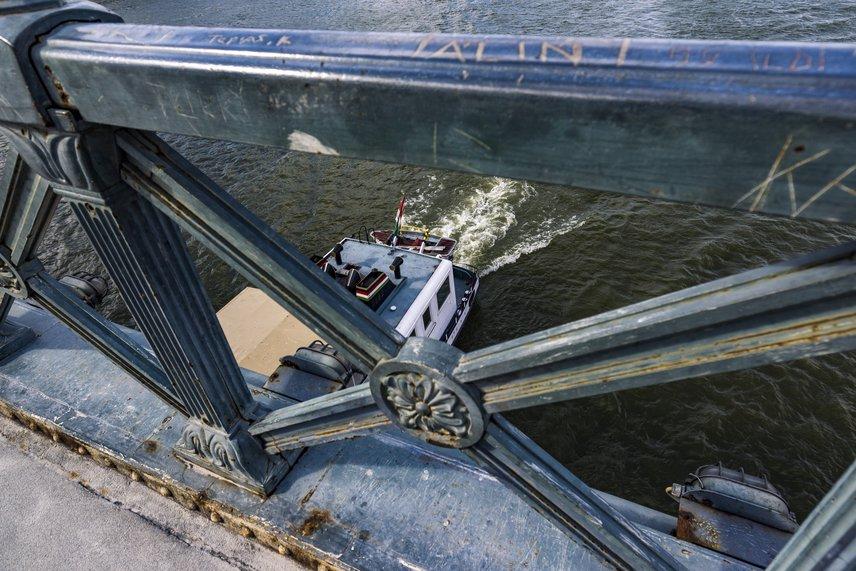 Ez idő alatt a budai hídfőnél módosítják a gyalogos-kerékpáros aluljáró nyomvonalát, a gyalogosok pedig nagyobb teret kapnak majd: mindkét oldalon új átkelőhelyek épülnek számukra. Az alagútban a biciklisek saját sávot kapnak, és a villamosok aluljárórendszerét is felújítják majd.
