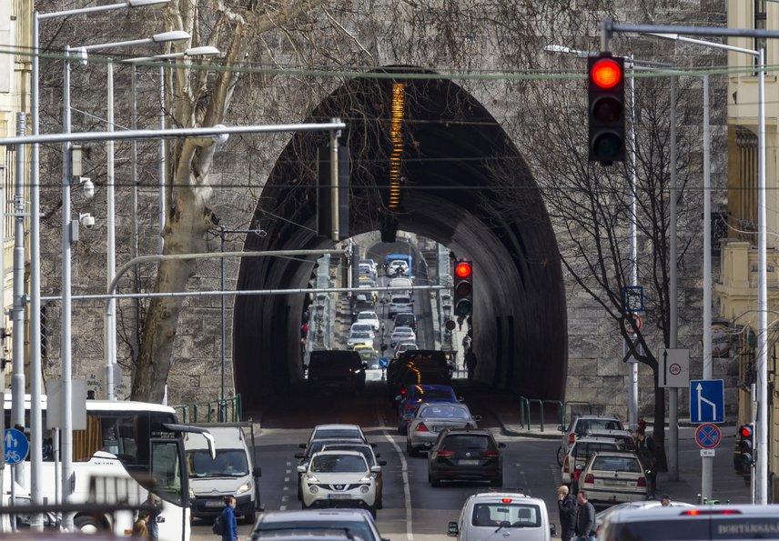 Mivel az alagút és a híd felújítása egyszerre zajlik majd, jelentős hatással lesz a közlekedőkre. A hidat lezárják az autósok és a kerékpárosok előtt, a gyalogos közlekedést folyosók kiépítésével biztosítják, az alagút pedig mindenki számára zárva lesz, így a járatok módosított útvonalon közlekednek majd.