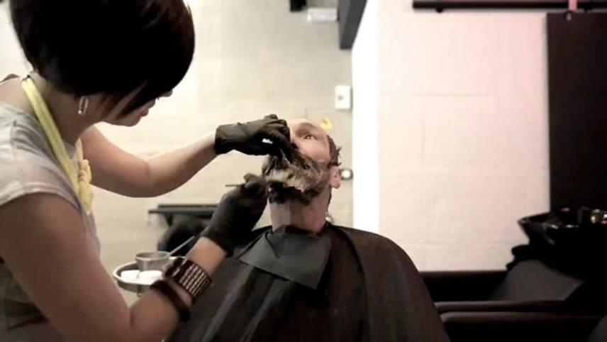 Hajvágásban, borotválkozásban és hajfestésben is része volt.