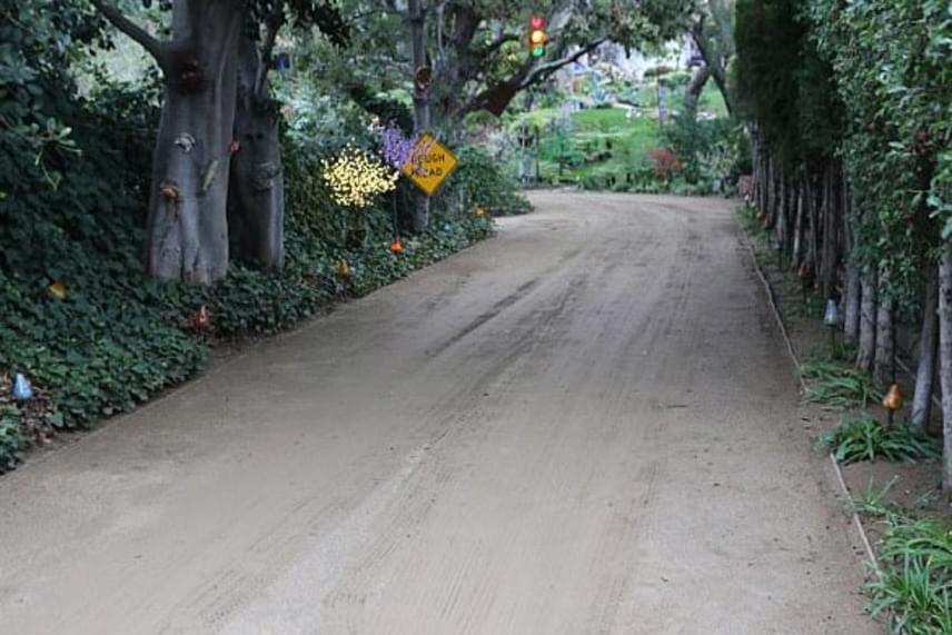 Ez a kis út vezet a színésznő otthonához, ami most már lánya, Billie Lourd tulajdona. Egyelőre nem tudni, hogy megválik-e a háztól és a telektől, vagy nosztalgiából megtartja-e azokat.
