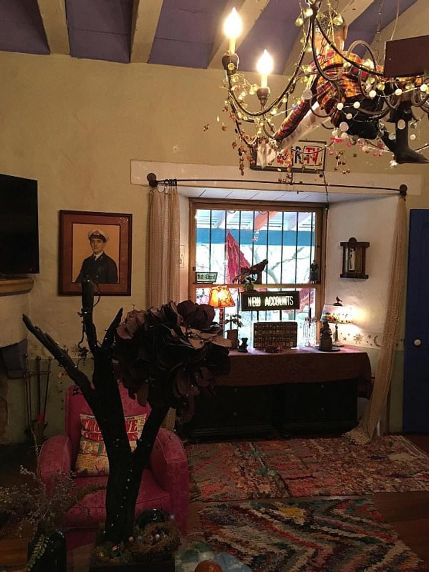 Carrie Fisher igazi hippi volt: kristálycsillár helyett ez a karácsonyi égőkkel és kockás anyaggal körbetekert lámpa lógott a nappalijában.