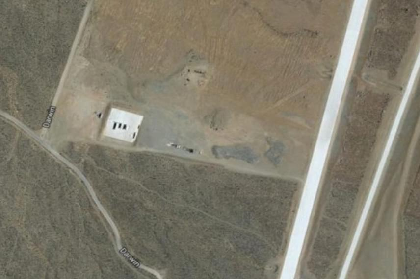 A kaliforniaiJunction Ranch esetében sokkal egyértelműbb a cél, amiért egy meglehetősen hiányos képet tették csak elérhetővé. A Google Earth ugyanis nem csupán a kíváncsi böngészésre alkalmas, de a kémek dolgát is megkönnyíti, a helyen pedig állítólag egy hatalmas katonai bázis működik. Egyes vélemények szerint a China Lake Haditengerészeti Légifegyver-központ része, ahol a legmodernebb drónokat tesztelik.