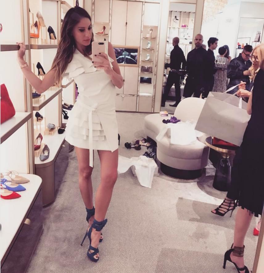 Egy gyors szelfi a tükörben, miután Andy Vajna felesége kiválasztotta a neki legjobban tetsző cipőt Jimmy Choo Beverly Hills-i üzletében.