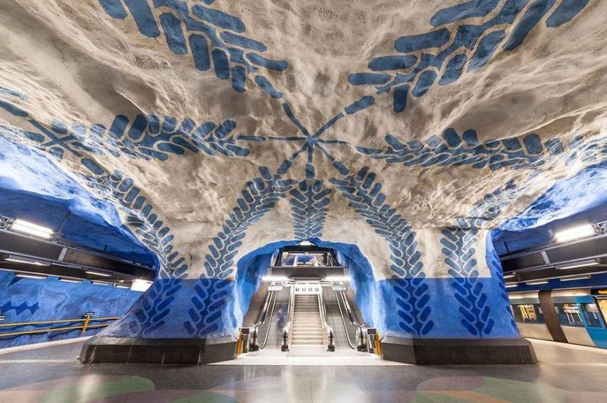 Ez a csodálatos kék falfestés is feldobja a föld alatt található megálló hangulatát.