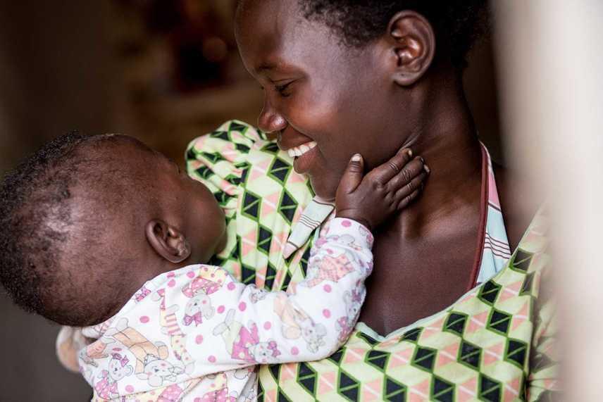 MalawiMartha és nyolc hónapos fia, Rahim bensőséges pillanata.