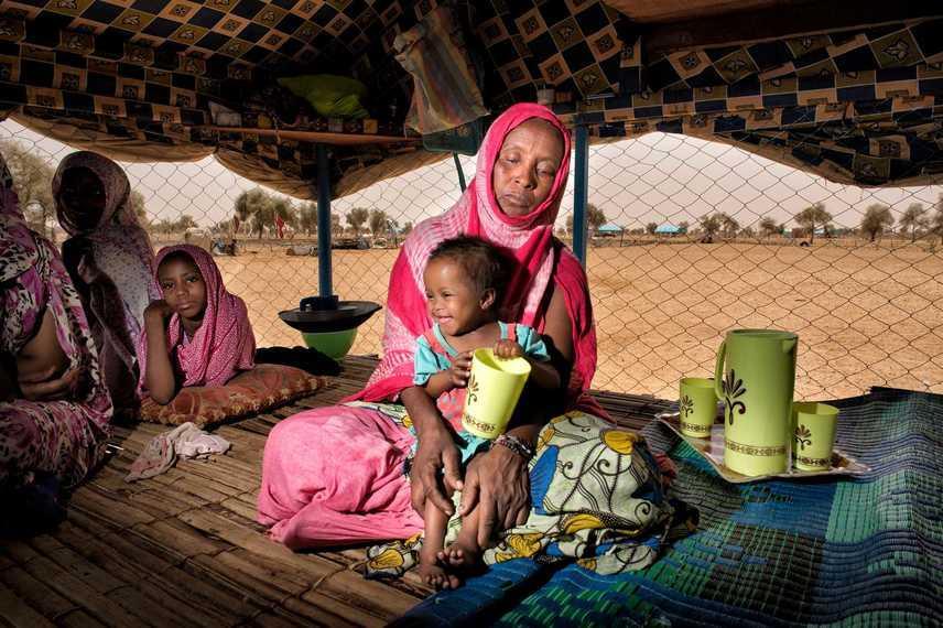 MauritániaFatimata mosolygós kislányával ül sátrukban: a gyerek alultáplált volt, de az UNICEF segítségével megerősödött.