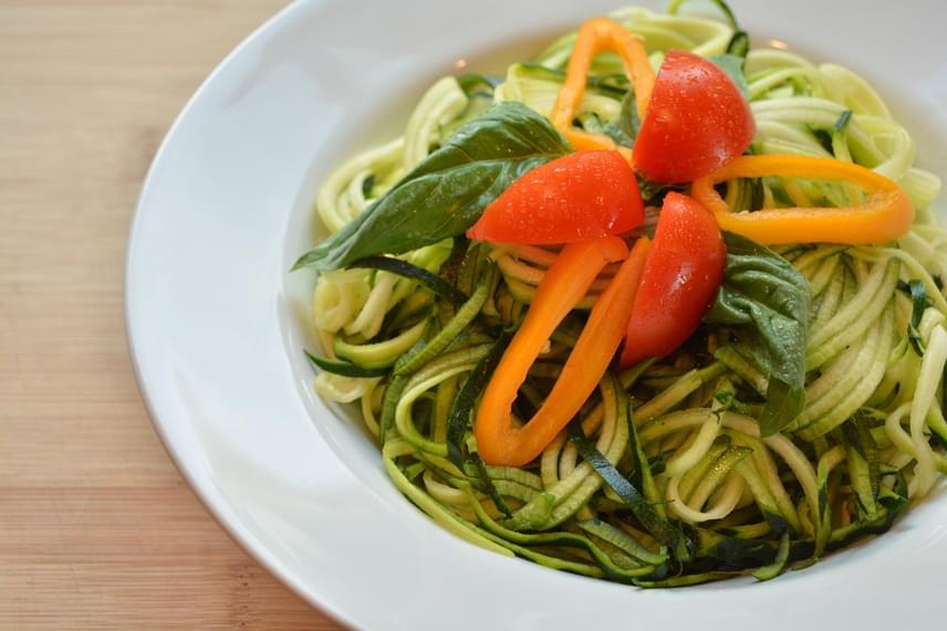 A cukkiniból egy spirálozó segítségével áltésztát készíthetsz, hosszú csíkokra vágva, majd kifőzve azt. A kalóriaszegény tésztára már csak egy könnyű, sok zöldséget, gombát tartalmazó mártás kell.