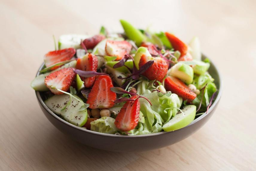 A fehérje a salátákat is kiadósabbá teszi. Próbáld ki 150 gramm eper, egy alma, 100 gramm leveles zöld és 150 gramm csicseriborsó kombinációját, leöntve bazsalikomos görög joghurttal.