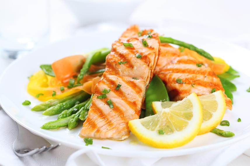 Egészséges zsírjai és omega-3 zsírsavai miatt heti egyszer fogyassz halat, lehetőleg grillezett lazacot, tonhalat vagy makrélát zöldségágyon.