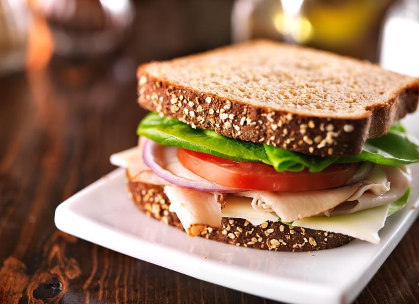 Az esti szendvicshez csak egy-két szelet teljes kiőrlésű kenyeret vagy diétás kétszersültet használj. Feltétként válassz kevés pulykasonkát, sok-sok zöldséget, sőt, akár gyümölcsöt is.
