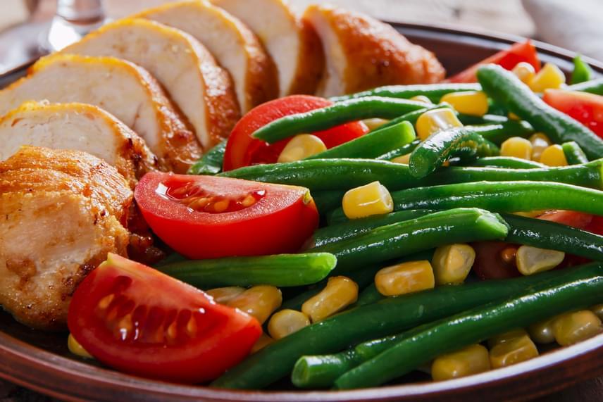 A párolt vagy natúr sült csirkemell gazdag fehérjeforrás, melyet jól kiegészít bármilyen zöldséges köret, például a pirított zöldbab, a sült édesburgonya vagy a friss zöldségágy.