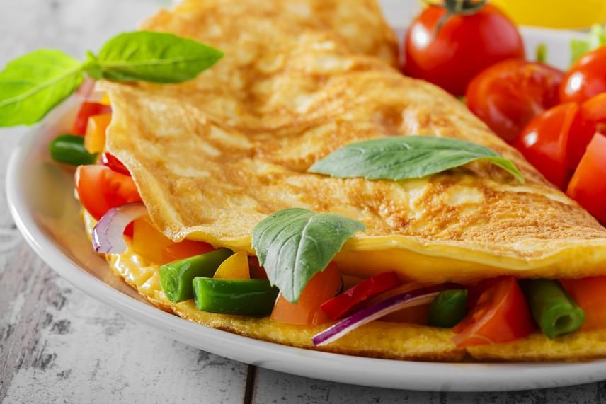A fehérjékkel és rostokkal teli zöldséges omlett nem csak reggelire jó. Készítsd két-három tojással, legalább 300 gramm zöldséggel és kevés sóval, olajjal. Fogyaszd kenyér nélkül.