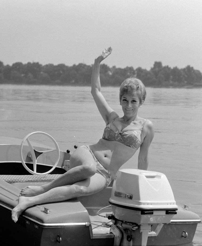 1968-ban a Duna mellett töltötte szabadságát, ez a bikinis fotó akkor készült róla, miközben egy motorcsónakról integetett.