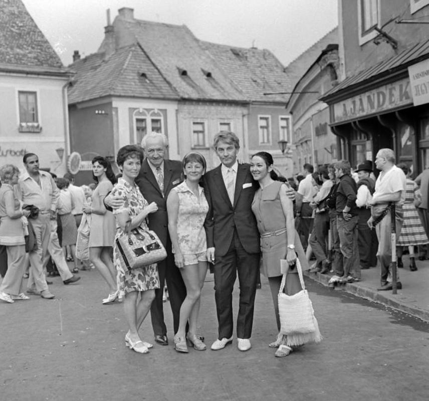 Ez a felvétel 1972-ben készült a szentendrei Fő téren a Békés testvérekről. Bal oldalon nővére, Békés Rita színművésznő, középen Békés Itala, világos cipőben pedig ikertestvére, Békés András operarendező látható.