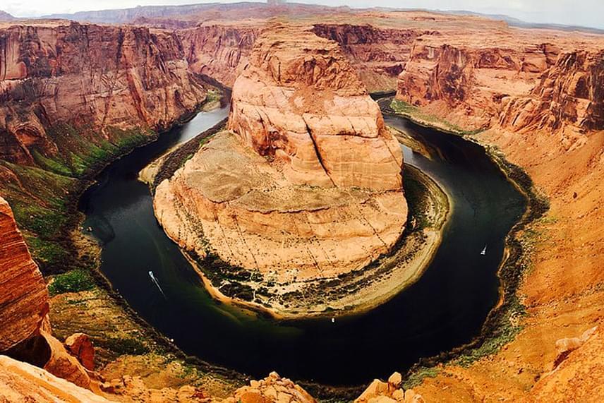 Az arizonai Grand Canyon látnivalói közül az egyik legkülönlegesebb a Lópatkó-kanyar, azaz a Horseshoe Bend, melyet a Colorado folyó vésett a vörös sziklákba.