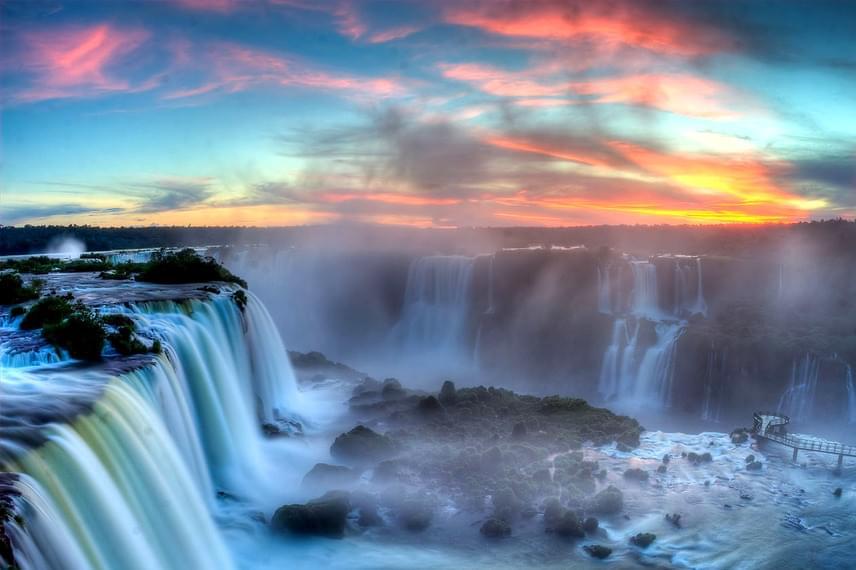 Az Iguazu-vízesések a világ jelenlegi csodái közé tartoznak. Az argentin-brazil határon fekvő természeti képződmény a Föld legnagyobb vízesésrendszere, melyben a víz 2,7 kilométer hosszan, helyenként 80 méterről zúdul le.
