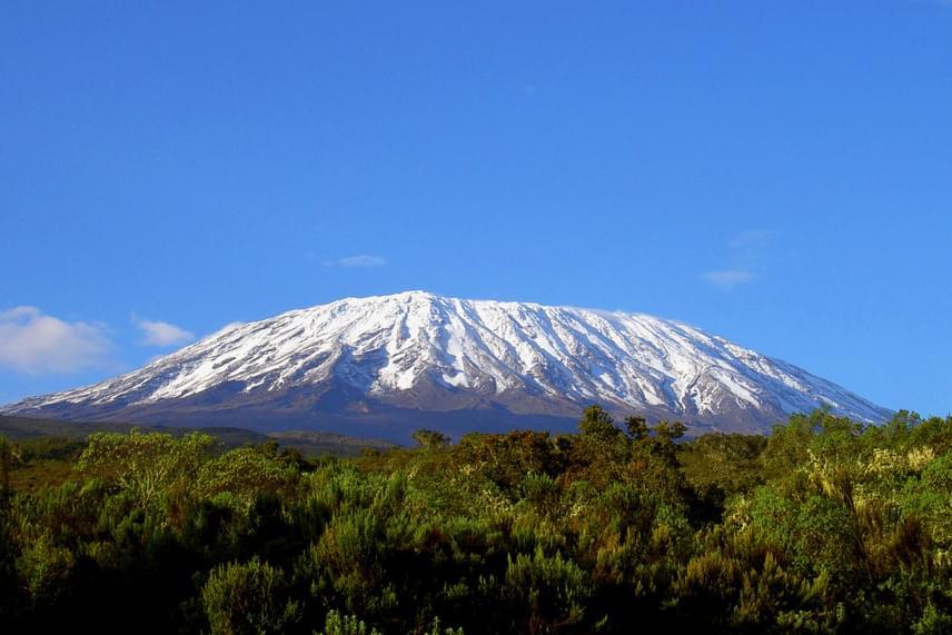 Tanzánia három kúpból álló alvó vulkánja, a Kilimandzsáró Afrika legmagasabb hegysége 4900 méterrel. A nemzeti parkkal körülvett hegy sajnos fokozatosan elveszíti gleccsereit, ám mégis népszerű hegymászó-paradicsom.