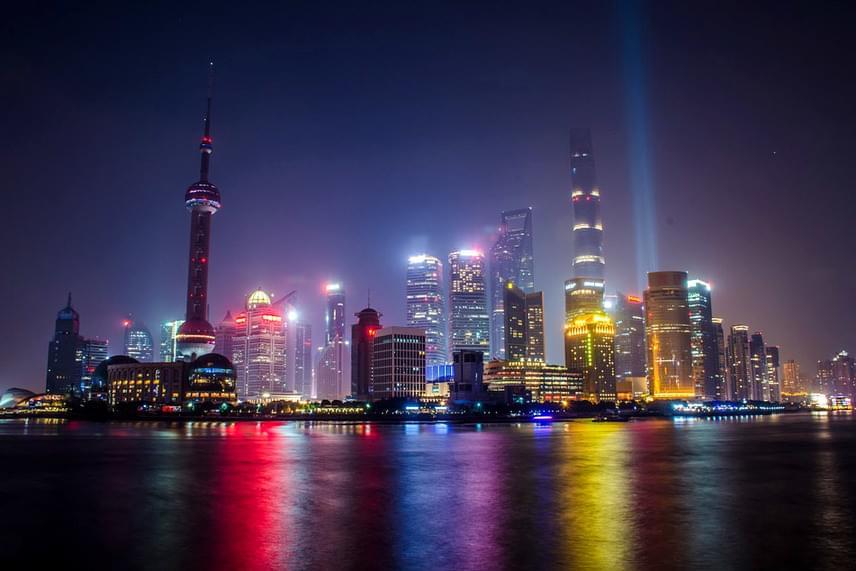 Sanghaj a világ legnépesebb városa a maga több mint 24 millió lakójával. A sokszínű, folyamatosan pörgő metropolisz belvárosa éjjel a legszebb.