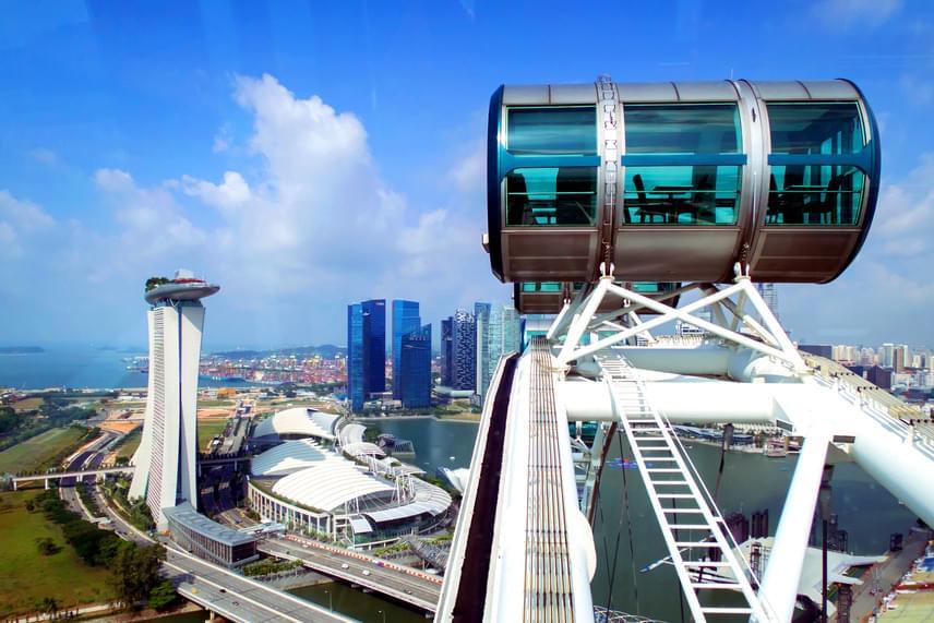Szingapúr büszkesége a városról elnevezett Singapore Flyer, mely 165 méterrel a világ egyik legnagyobb óriáskereke. A gigantikus kerék minden kabinjában 28 utas csodálhatja egyszerre a várost.