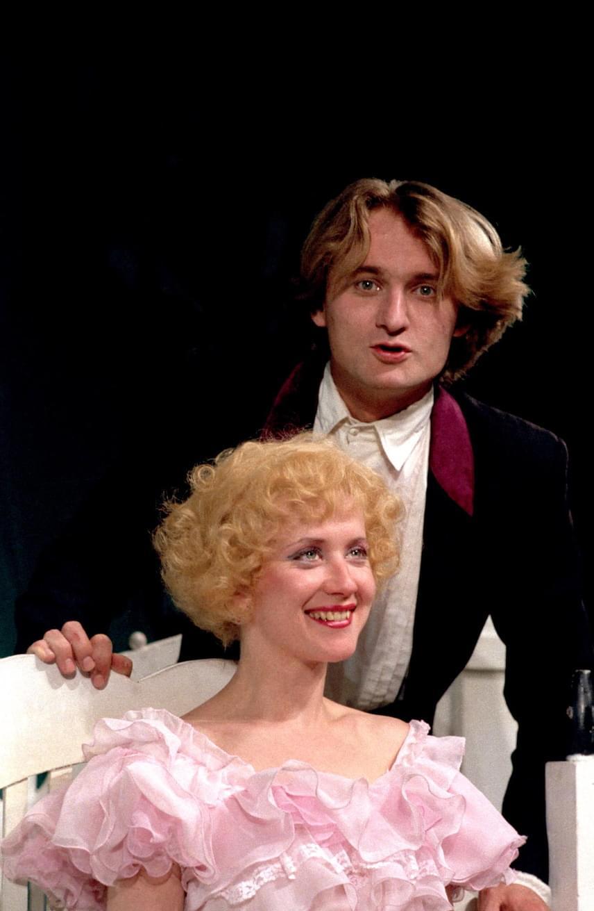 Kaszás Attila és Eszenyi Enikő 1990-ben a Hajnal, délben, este című vígjátékban a Pesti Színházban. Ekkor már házastársak voltak. 18 év után végül 2001-ben váltak el.