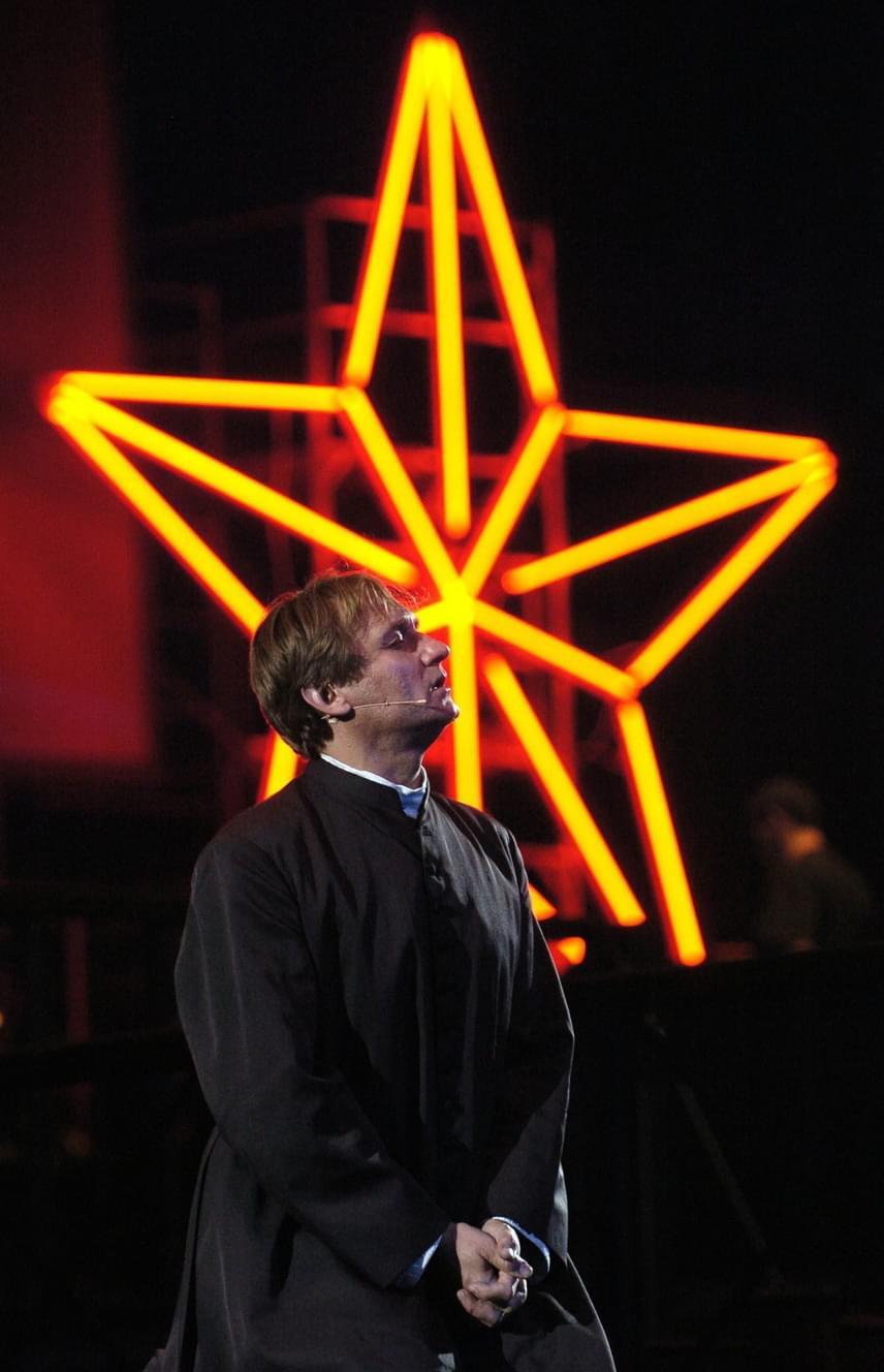 Kaszás Attila Lőrinc pap szerepében az 56 csepp vér című rockmusicalben a Papp László Sportarénában 2006. október 18-án.