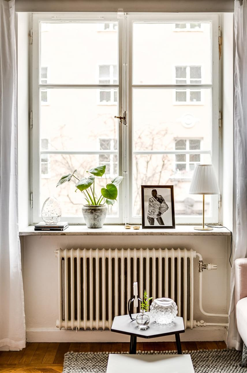 A hatalmas ablakon beáramló fény is jócskán hozzájárul a térérzet növeléséhez. Ezt szolgálja a fehér függöny is, mely azonban napközben nincs összehúzva.
