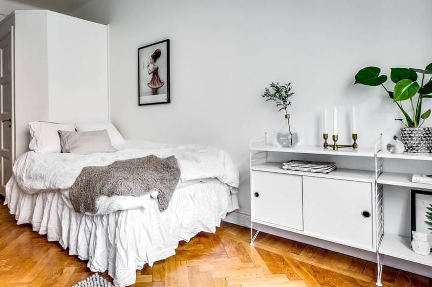 Bár nincs külön helyiség hálószobának, sikerült a lehető legjobban megoldani az ágy elhelyezését, köszönhetően az épp megfelelő méretű falnak, melynek másik oldalán a fürdőszoba kapott helyet.