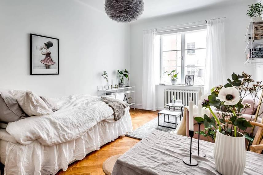 Az ágyon megjelenő textúrák vagy akár csak a párnák olyan érzetet keltenek, mintha valójában csak egy heverőről lenne szó, ami tökéletes kiegészítője a nappalinak is.