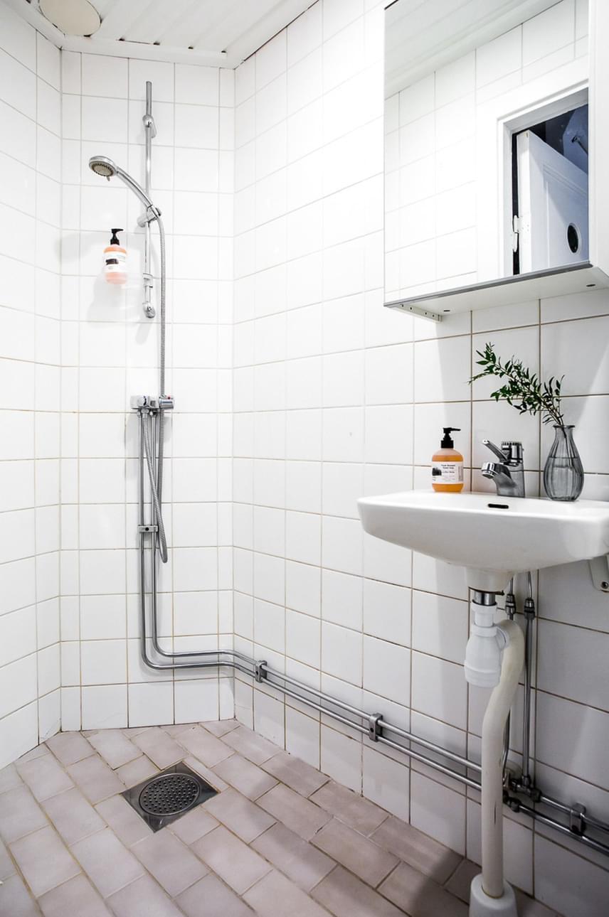 Így néz ki a fürdőszoba, ami ez esetben inkább a praktikumot szolgálja, mintsem az esztétikumot.