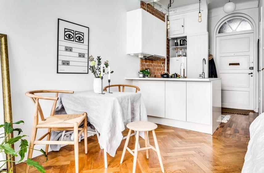 A konyha elrendezése is a lehető legpraktikusabb azáltal, hogy a pult mindkét oldala hasznos funkciót tölt be.