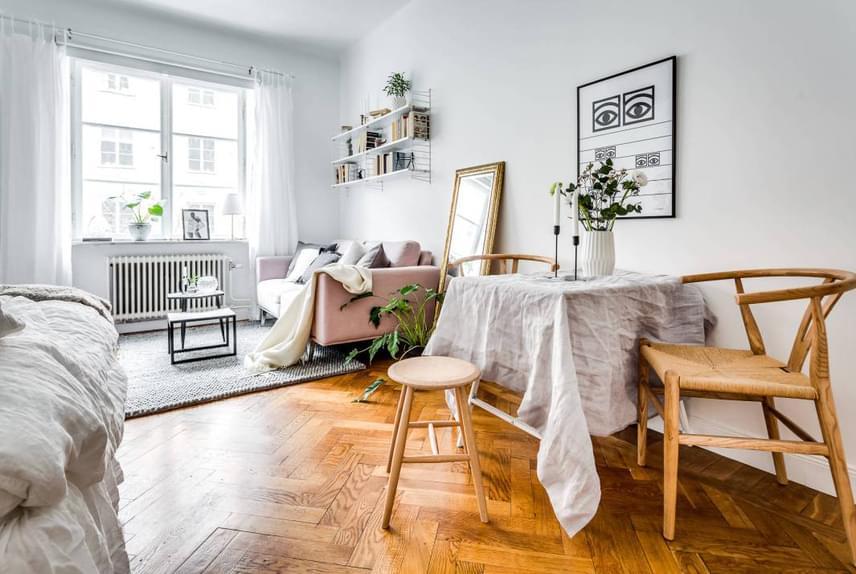 Már első ránézésre is hívogató, stílusos, otthonos és modern hatást kelt az amúgy rendkívül kicsi alapterületű lakás.