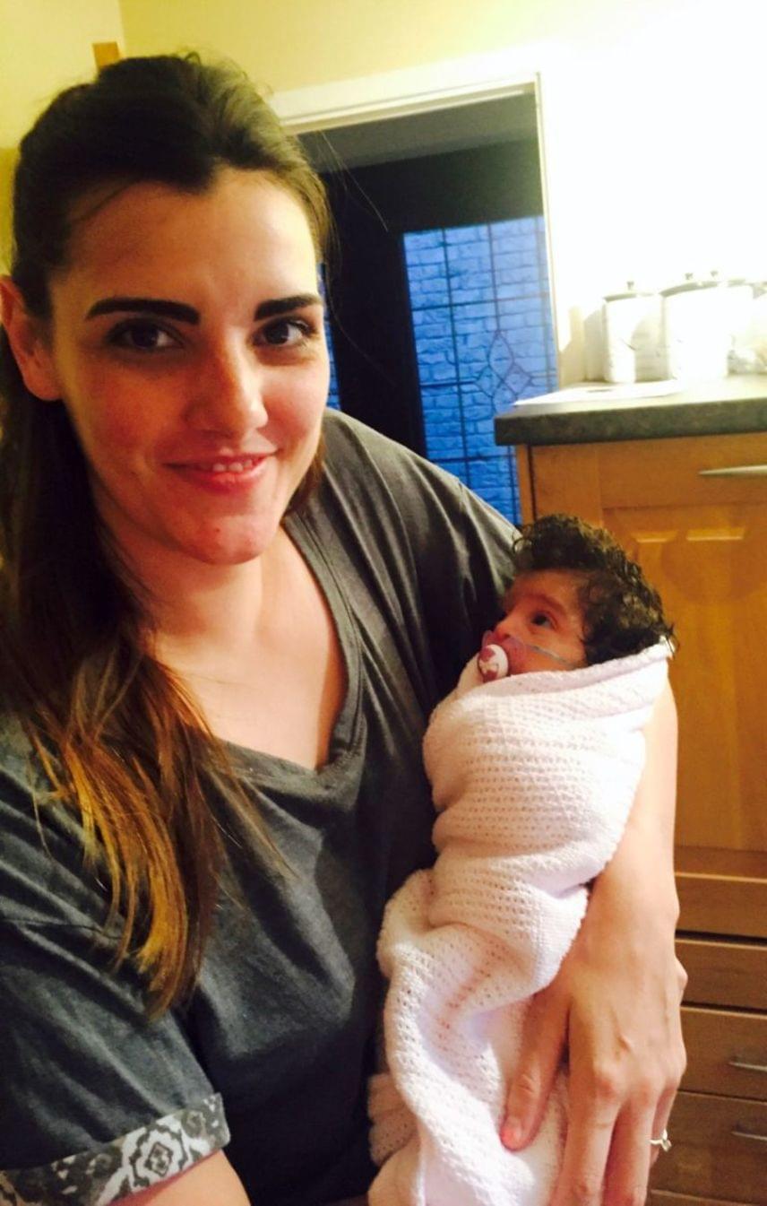 - Császárral született. Amikor az orvos meglátta, az volt az első mondata, hogy rengeteg haja van. A kórházi személyzet csodájára járt, és azt mondták, ilyen nagy hajú babát még sohasem láttak - mesélte az anya.