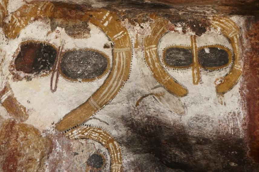 Az ausztrál barlangrajzokon érdemes megfigyelni a nagy szemeket, illetve a nagy fej körüli, fénygyűrűre emlékeztető, sárga sávokat. A fej jellegzetességei feltűnően összecsengenek a mai ufóképpel, mely ufó-szemtanúk beszámolói alapján alakult ki. Vajon tényleg találkozhattak ilyen lényekkel az akkoriak?