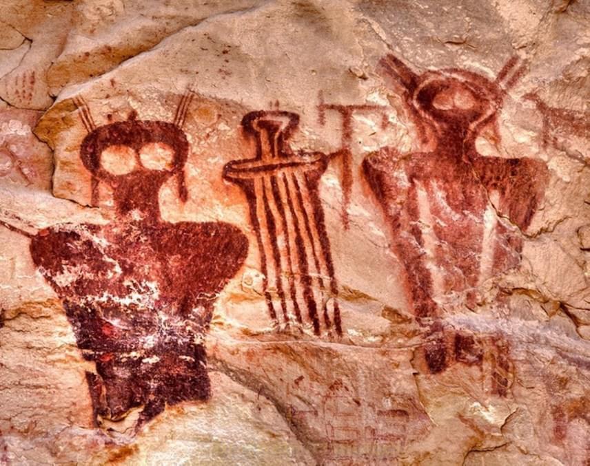 Sego-kanyon, Utah, AmerikaUgyancsak hatalmas szemű lények láthatóak a nagyjából 7500 évesre becsült amerikai barlangrajzokon, melyeken érdemes megfigyelni a különböző öltözékeket és fejdíszeket is. Lehetséges az, hogy ez egyfajta belső hierarchiát jelképezett az esetlegesen idelátogató idegeneknél?