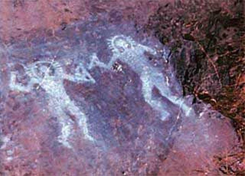 Val Camonica, OlaszországKr. e. 10 000 táján készülhetett az olasz barlangrajz, melyen a figurák különös, vonalzókra és szögmérőkre emlékeztető tárgyakat tartanak a kezükben. Fejük körül ismételten fénynek vélhető vonalak láthatóak. A figurák öltözéke védőruhára is emlékeztet, melyet azonban a tízezer éve élt emberek még nem ismerhettek.