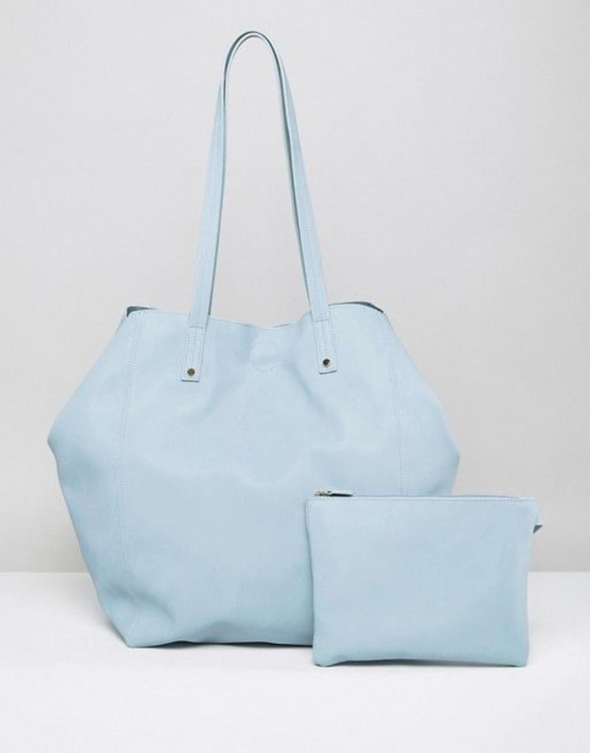Az ASOS saját márkás, pasztellkék színű táskája is szerény, mégis látványos indítója lehet a tavasznak. A elragadó darabhoz egy hozzá illő neszesszert is kínálnak a webshopban 22 angol fontért, ami körülbelül 7600 forintnak felel meg.