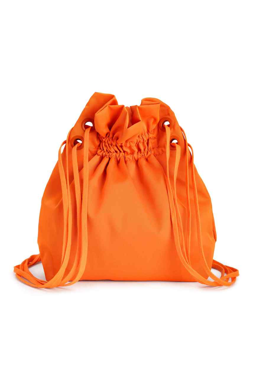 A H&M fényes, ragyogó narancssárga színű hátizsákkal köszöntötte a virágzó tavaszt. A vállon is hordható, dupla húzózsinóros táska 6990 forintért megrendelhető a webshopjukból, akár fekete színben is.