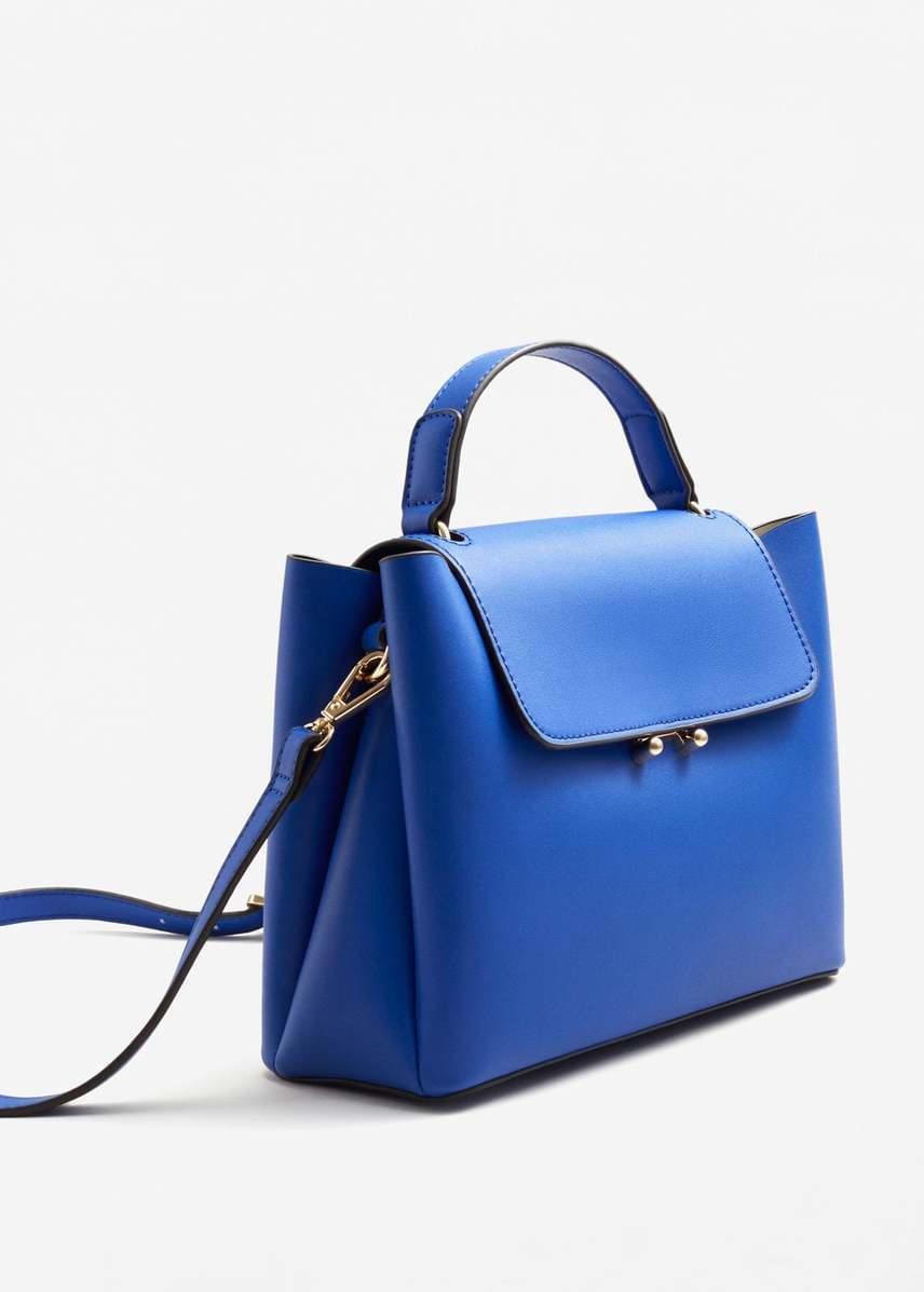 Ez az égszínkék táska már kora tavasszal megidézi a felhőtlen nyári égboltot. Az izgalmas New Now termékhez mágneses hajtóka és vállpánt is tartozik. A táska halványrózsaszínben és feketében is kapható a MANGO üzleteiben és a webshopban.