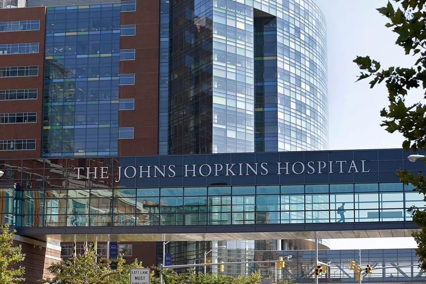 Az amerikai egyesült államokbeli, Baltimore-i Johns Hopkins Hospital nevét gyakran lehet hallani, nem véletlenül, legtöbbször ugyanis ez az intézmény kerül a hasonló listák élére. A kórház a betegellátás, a rehabilitáció és a tudományos kutatások terén is úttörő, csakúgy, mint a nemváltó műtétekkel kapcsolatosan.
