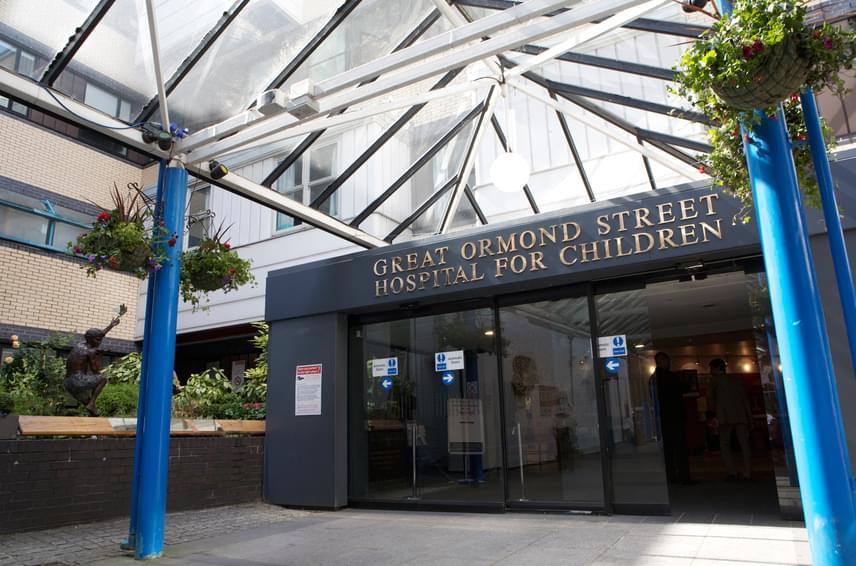 A brit Great Ormond Street Hospitalt is kiváló intézménynek tartják, az egyik legjobbnak Európában a gyermekgyógyászat terén.