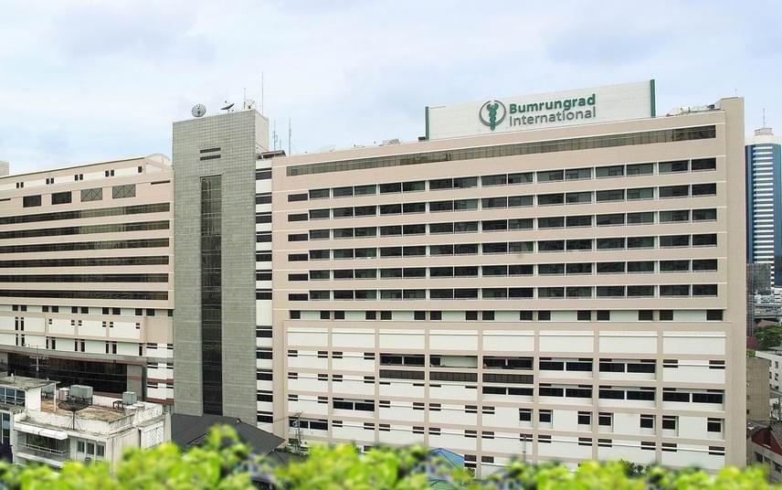 A thaiföldi, bangkoki Bumrungrad nemzetközi kórház neves intézmény és az egészségügyi turizmus fontos célpontja, évente több mint négyszázezer külföldi keresi fel. Az orvosi kezelések is a jelenleg elérhető maximumot nyújtják, emellett a kórházi általános ellátás is egy ötcsillagos hotel szolgáltatásaival vetekszik.