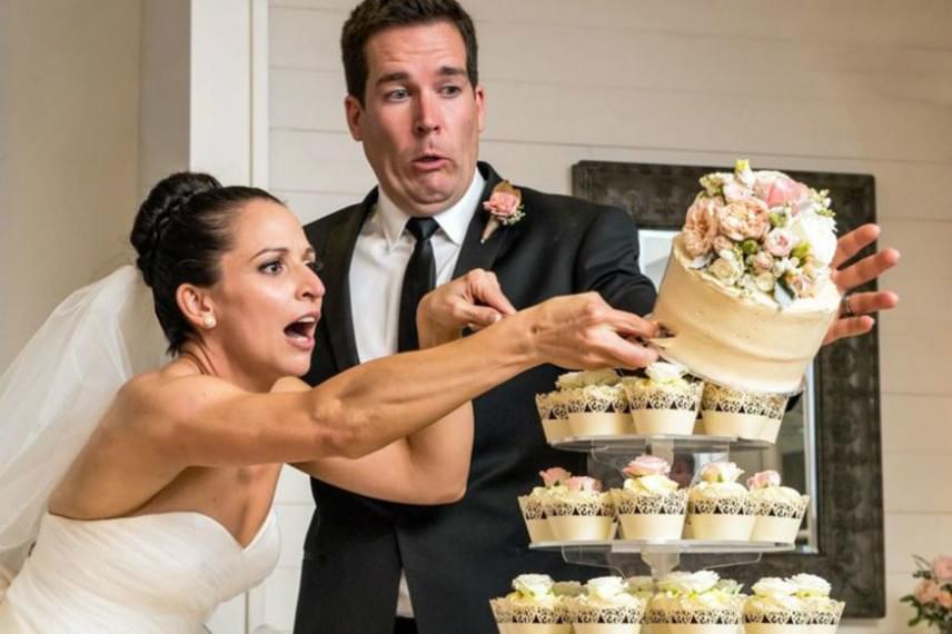 Az egyik legkínosabb baleset, ami esküvőn előfordulhat, ha a gusztusos és drága esküvői torta vész kárba.