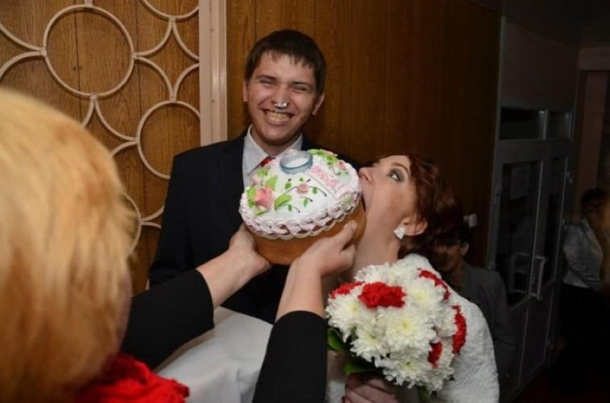 Furcsa szokások mindig vannak az esküvőkön, ez mégis túltesz valamennyin: bár nem tudjuk pontosan, mi történhet, a végeredmény nagyon mókás.