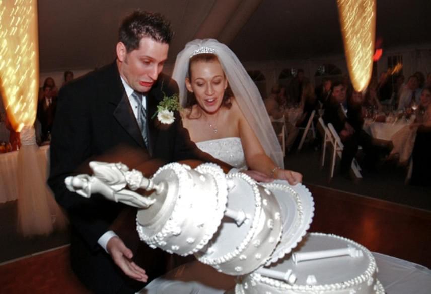 Pedig nagyon is sokszor előfordul az ilyen tortás baki az esküvőkön.