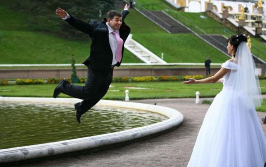 Néha a beállított képek is nagyon mókásra sikerednek: íme, a tökéletes esküvői kompozíció, amikor a férfi repül a nő karjaiba!