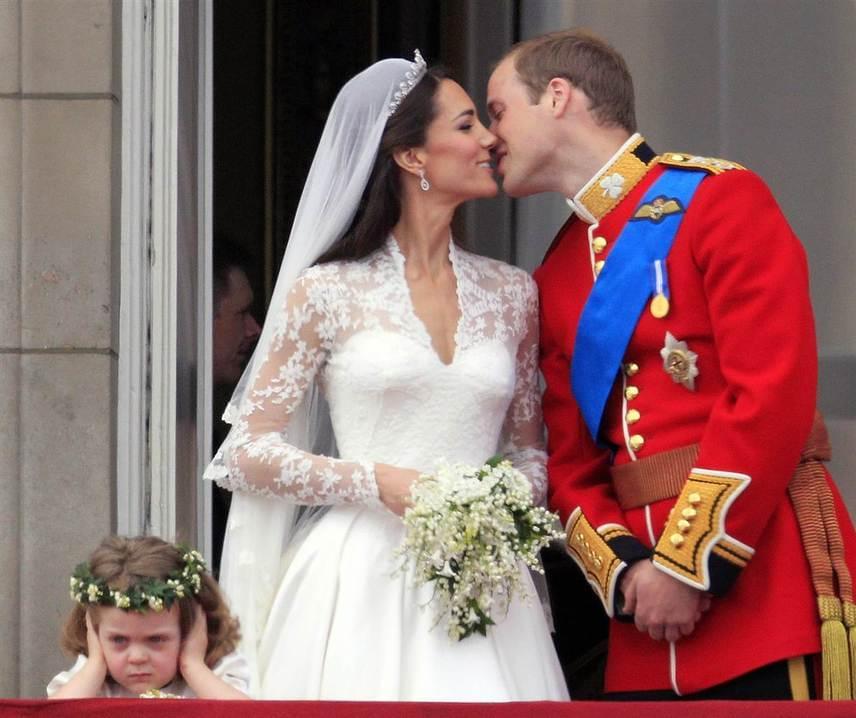 Az esküvőifotó-bakik a legelőkelőbb ceremóniák résztvevőit sem kímélik. Egy vicces kompozícióval még Vilmos herceg és Katalin hercegné is büszkélkedhet.