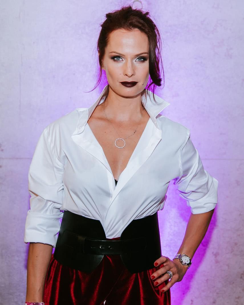 A színésznő darkos sminkje és a megszokottnál sötétebb árnyalatú hajszíne remekül illett a különleges, vintage stílust és vagányságot ötvöző öltözékéhez.