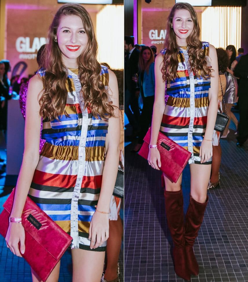 A fiatal énekesnő, Dallos Bogi ruháját Tomcsányi Dóra tervezte, a levéltáska pedig az Anna Amélie márka egy darabja.